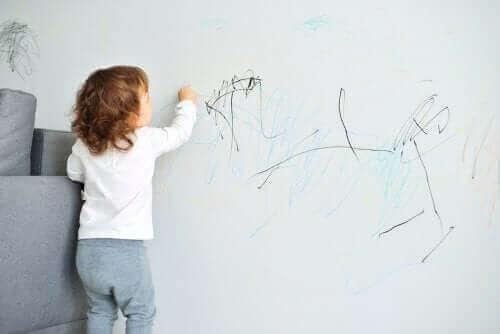 duvarları boyayan çocuk