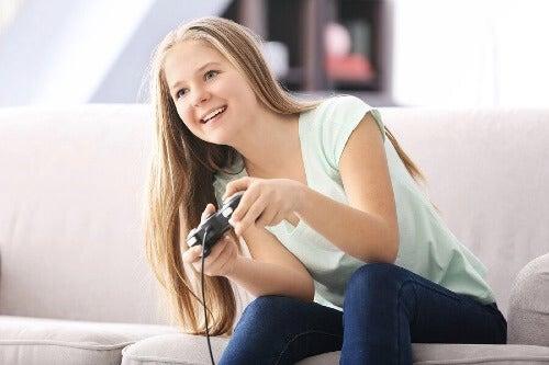 oyun oynayan kız