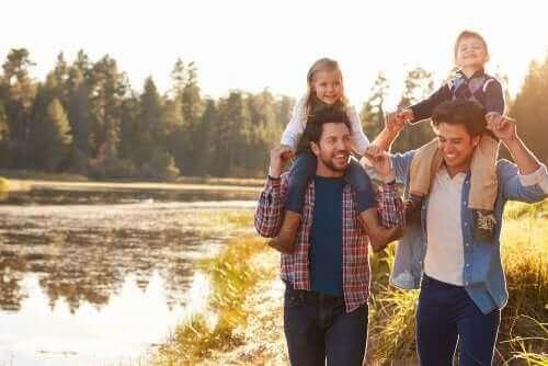 Ebeveynlerinin omzunda gezen çocuklar