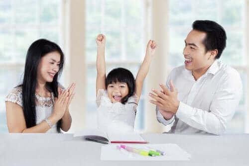 çocuğunu alkışlayan ebeveynler