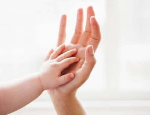 Çocukların Sağlıklı Gelişimi İçin Onları Okşayın