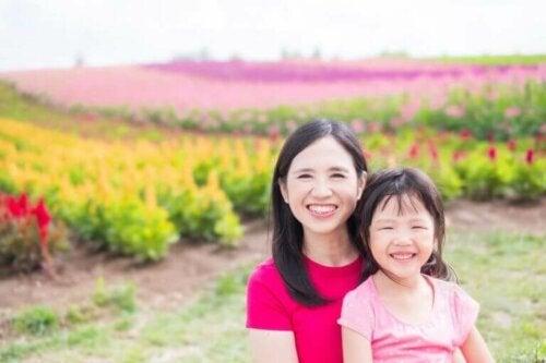 anne ve kızı bahçede