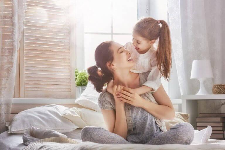 Yatak odasında annesine sarılan kız
