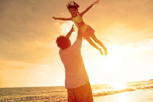 Baba mutlu çocuğunu havaya kaldırıyor