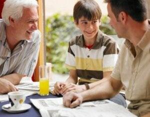 Baba ve büyükbaba ile mutlu olan çocuk