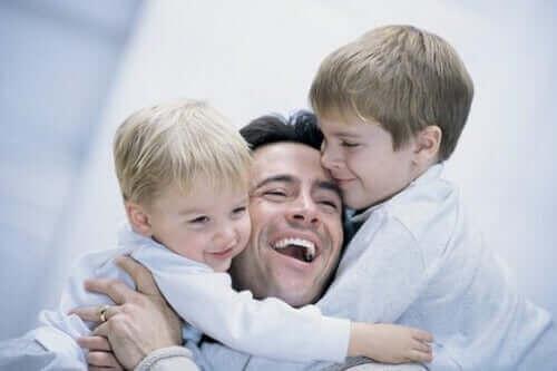 çocuklarına alçakgönüllülük öğreten baba