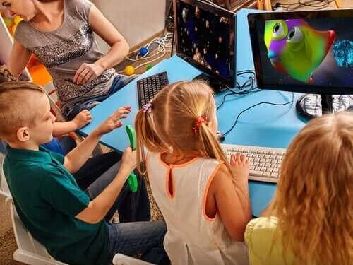 bilgisayarla oynayan çocuklar