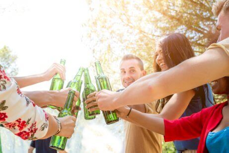 bira içen gençler