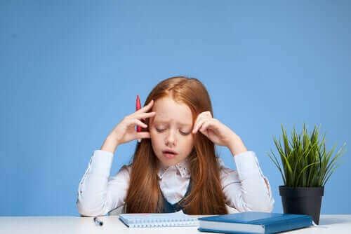 elleri başında ders çalışan kız çocuğu