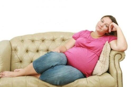 dinlenen hamile kadın