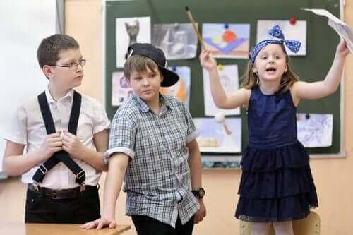 Sınıfta doğaçlama tiyatro yapan çocuklar