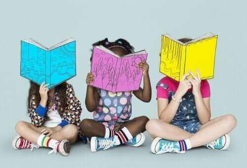 eğlenceli kitaplar okuyan çocuklar