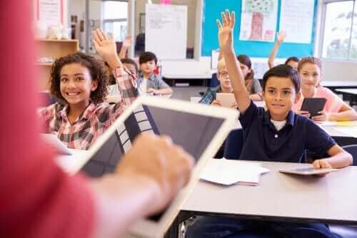 Sınıfta söz isteyen çocuklar