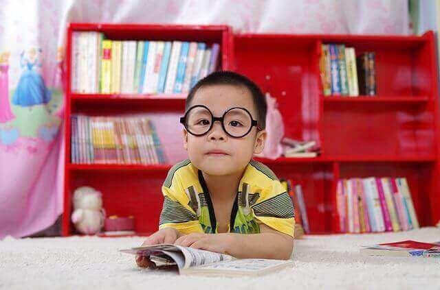 Gözlük takması gereken çocuk