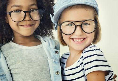 Gözlük takan iki kız arkadaş