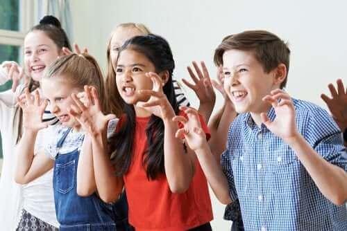 Pençelerini gösteren çocuklar