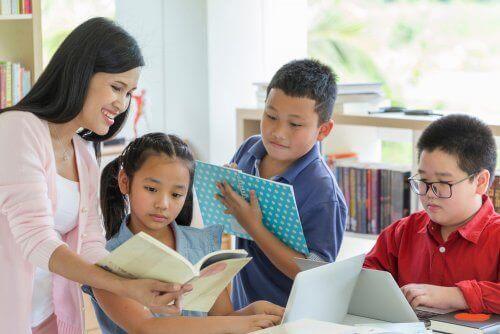 Çocuklarıyla kitap okuyan anne