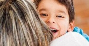 Mutlu çocuk annesine sarılırken gülüyor