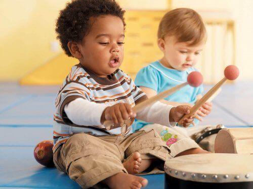 Trampet çalan çocuklar