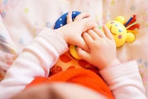 Oyuncak tutan bebek