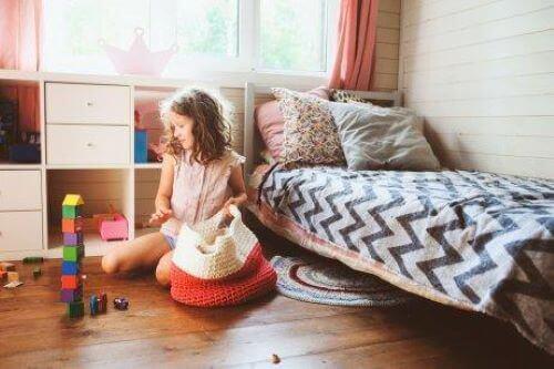 rutinlerin çocuklara faydaları: oyuncaklarını toplayan çocuk