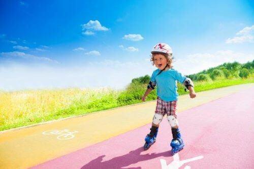 Birkaç Basit Adımda Çocuğunuza Paten Kaymayı Öğretmek