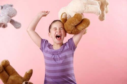 Pelüş oyuncakları fırlatan kız