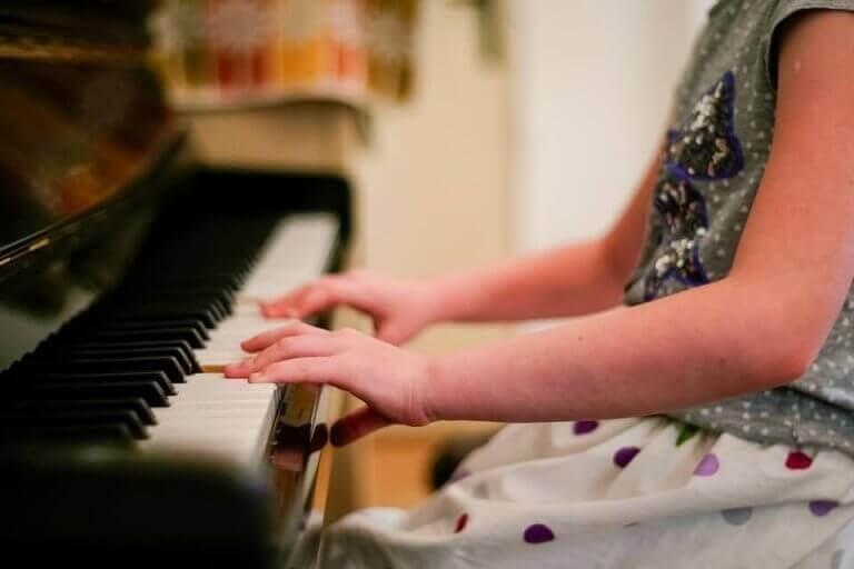 Piyano çalan elbiseli kız