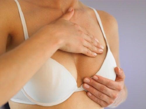 Göğsüne masaj yapan kadın