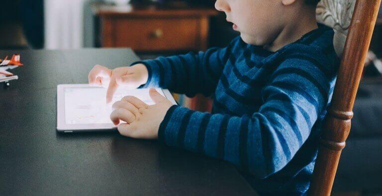 Dijital diyet yapması gereken çocuk