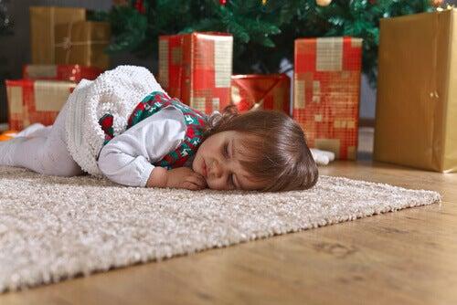 Yılbaşı ağacı önünde yatan çocuk