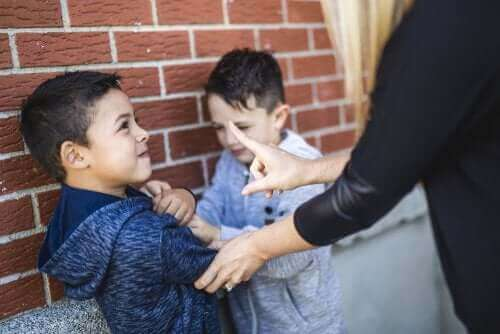 zorbalık konusunda çocukları uyaran öğretmen