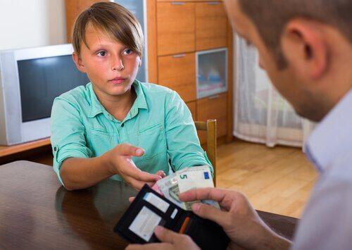 babasından para alan çocuk