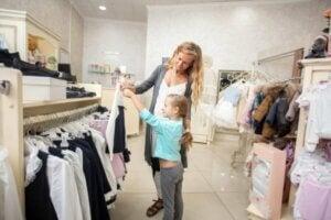 Anne ve kız alışveriş yapıyor