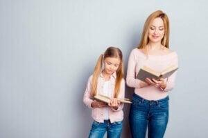 Anne ve kızı kitap okuyorlar