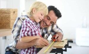 Baba ve oğlu montaj yapıyor