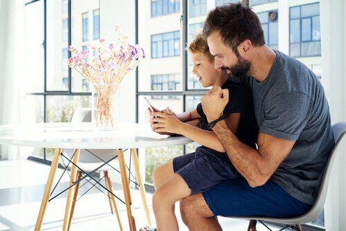 Ebeveynler Çocuklarının Cep Telefonlarını Kontrol Etmeliler Mi?