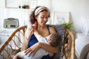 Bebeğini emziren anne onu seviyor