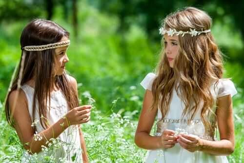 ellerinde çiçekler tutan kızlar