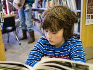 Çizgi roman okuyan bir çocuk
