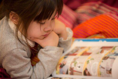 Çizgi roman okuyan kız