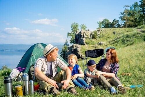 doğada kamp yapan aile