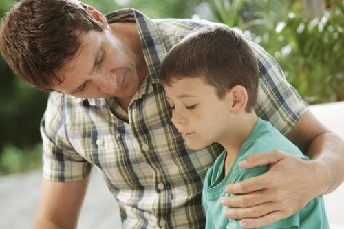 Oğluyla konuşan baba
