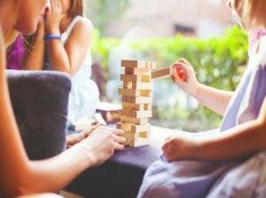 Eğitici oyunlar oynayan bir aile