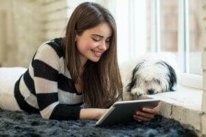 Genç bir kız tabletten kitap okuyor