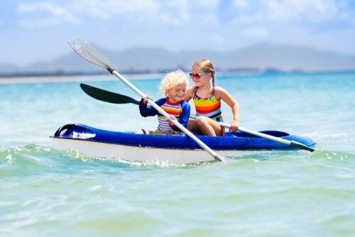 plaj gezisinde kanoya binen çocuklar