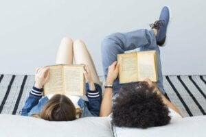 Kitap okuyan çocuklar
