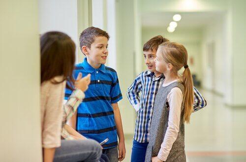 okulda sohbet eden öğrenciler