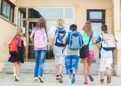 Çocuklar sınıfa giderken