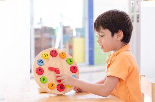 Renkli saat ile oynayan çocuk